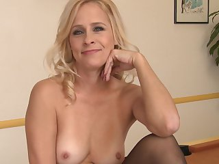 Blonde Payton Leigh offers her pussy hole to horny dude